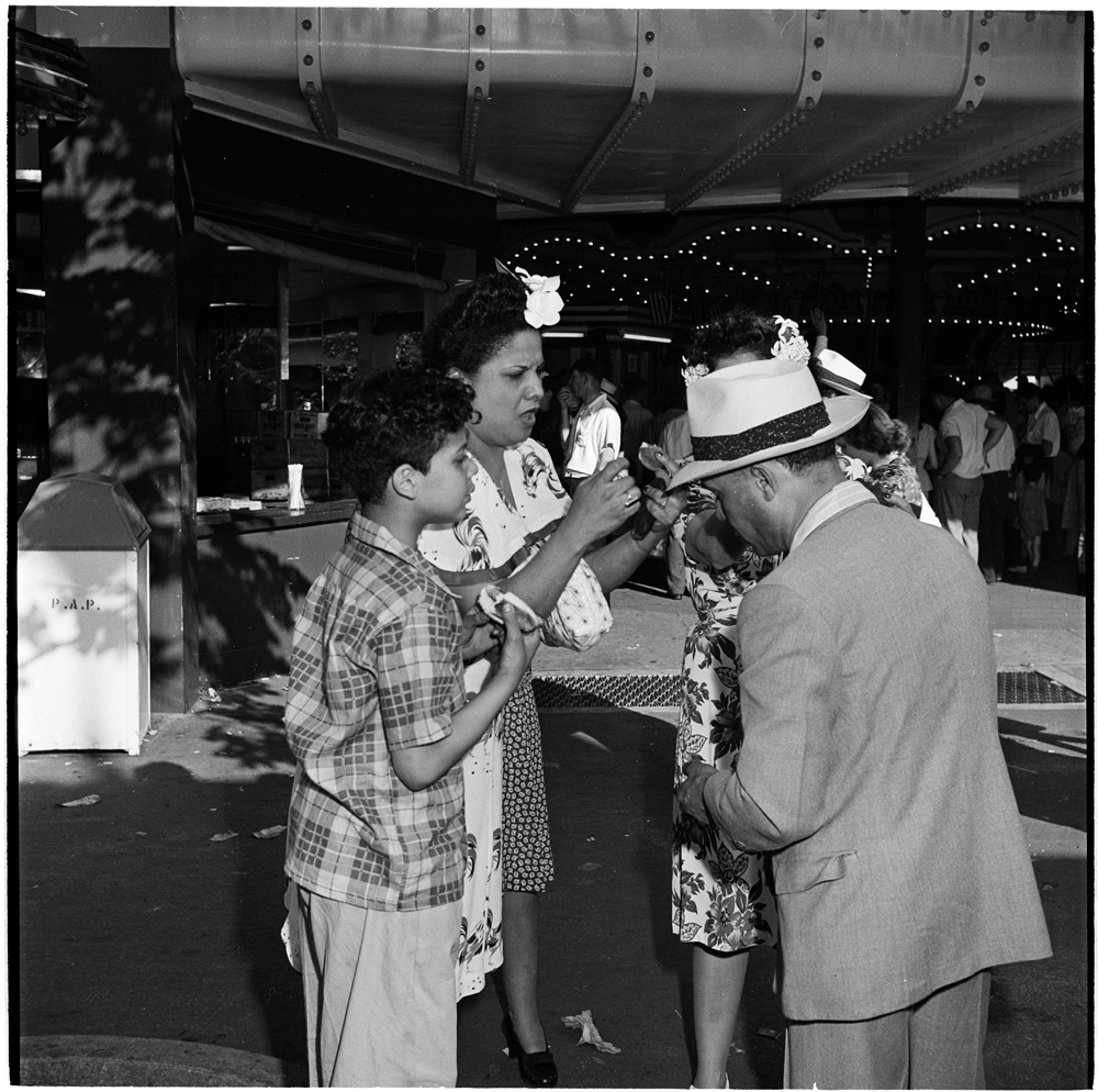 Stanley Kubrick, Look Magazine (1928 – 1999). Palisades Amusement Park [Group of people eating hot dogs], 1946. Museum of the City of New York. X2011.4.11294.386 Image used with permission from the ©SK Film Archives and the Museum of the City of New York