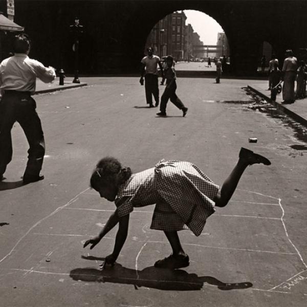 Fotografia de Walter Rosenblum de pessoas brincando de amarelinha na 105th Street, perto da Park Avenue.