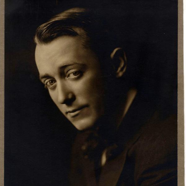 Uma foto do museu por Frank C. Bangs de George M. Cohan, tirada em 1910.