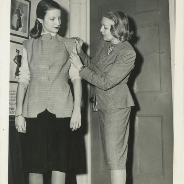 """Uma foto de Vera Maxwell ajustando um modelo para """"A Salute to Vera Maxwell"""", do Museu da Cidade dos Novos Trabalhos, em 1942."""