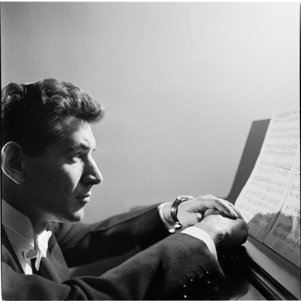 Foto de Stanley Kubrick da Look Magazine de Leonard Bernstein olhando para o piano tirado em 1949.