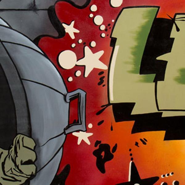"""Arte de rua com o nome LEE, Howard, o Pato, se escondendo atrás de uma tampa de lixo, e """"E se a arte é um crime, que Deus perdoe tudo"""""""