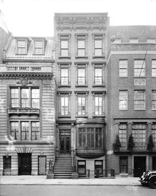 Brownstone cercado por dois outros edifícios na 14 East 81 Street.