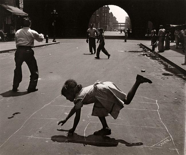 Park Avenue 근처 105 번가에서 돌 차기 놀이를하는 사람들의 Walter Rosenblum의 사진.