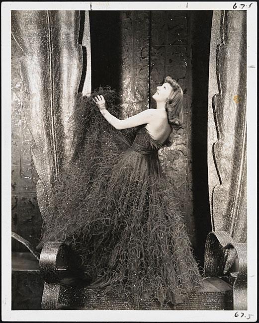"""뮤지컬""""어둠 속의 여인""""에 대한 Liza Elliott의 역할에 따른 Gertrude Lawrence의 Vandamm의 사진."""