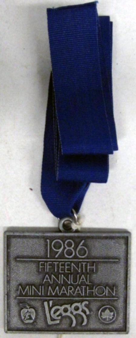 소녀들은 이와 같은 메달을 얻었을 것입니다.