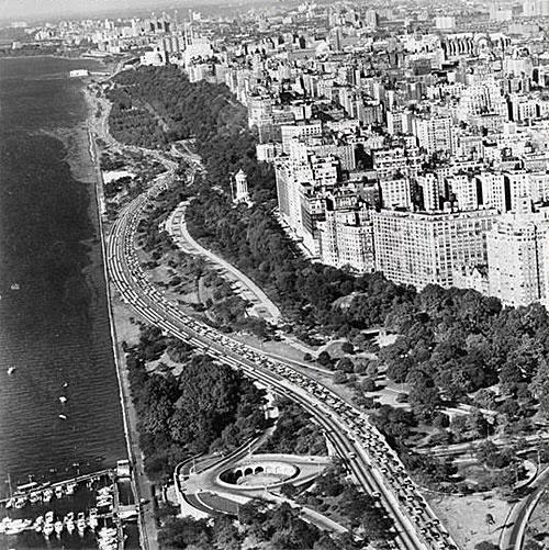 Isso mostra o parque Riverside por todo o oeste dos anos 80, onde os personagens vivem, bem como a bacia do barco