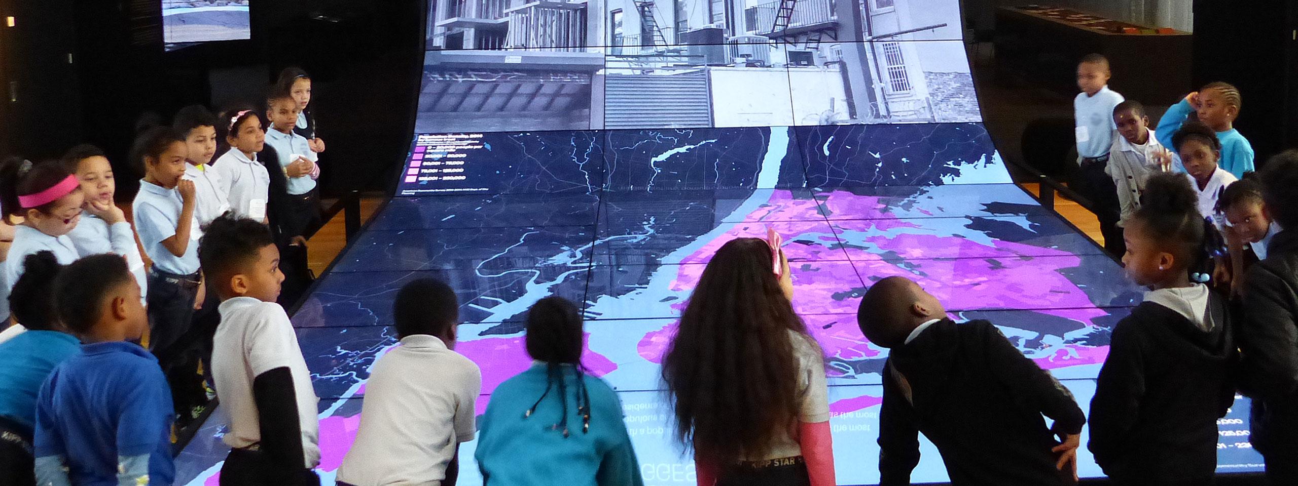 enfants faisant des activités au Musée de la ville de New York