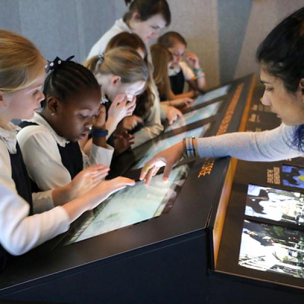 Uma foto de Jaiwantie Manni ensinando um grupo de alunos da terceira série no Future City Lab, no Museu da Cidade de Nova York.