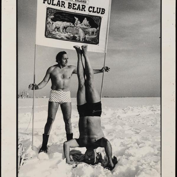 Uma foto ao ar livre adquirida pela equipe de coleções do museu de dois homens que faz parte do Clube do Urso Polar de Coney Island.