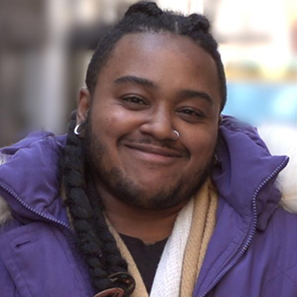 一个黑人美国人对着镜头微笑