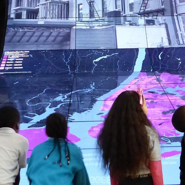 crianças fazendo atividades no Museu da cidade de Nova York