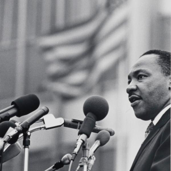 Uma foto do museu de Benedict J. Fernandez, do [Dr. Martin Luther King, Jr.] durante 15 de abril de 1967.