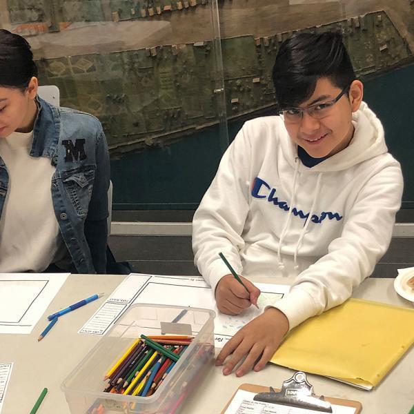 박물관 교실에서 공원을 디자인하는 토요일 아카데미 학생들의 사진.