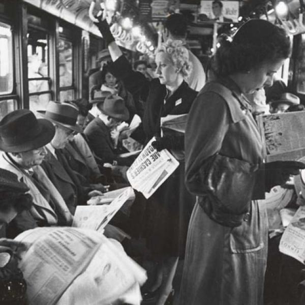 Stanley Kubrick. Vida e amor no metrô de Nova York. Passageiros lendo em um vagão do metrô. 1946. Museu da cidade de Nova York. X2011.4.10292.30D
