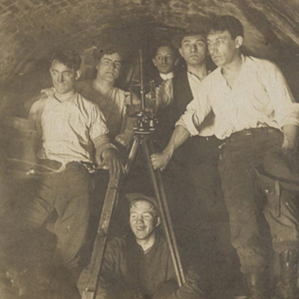 Fotógrafo desconhecido. Engenheiros em túnel durante a construção da atual IRT na estação da prefeitura. ca. 1900. Museu da cidade de Nova York. 46.245.2