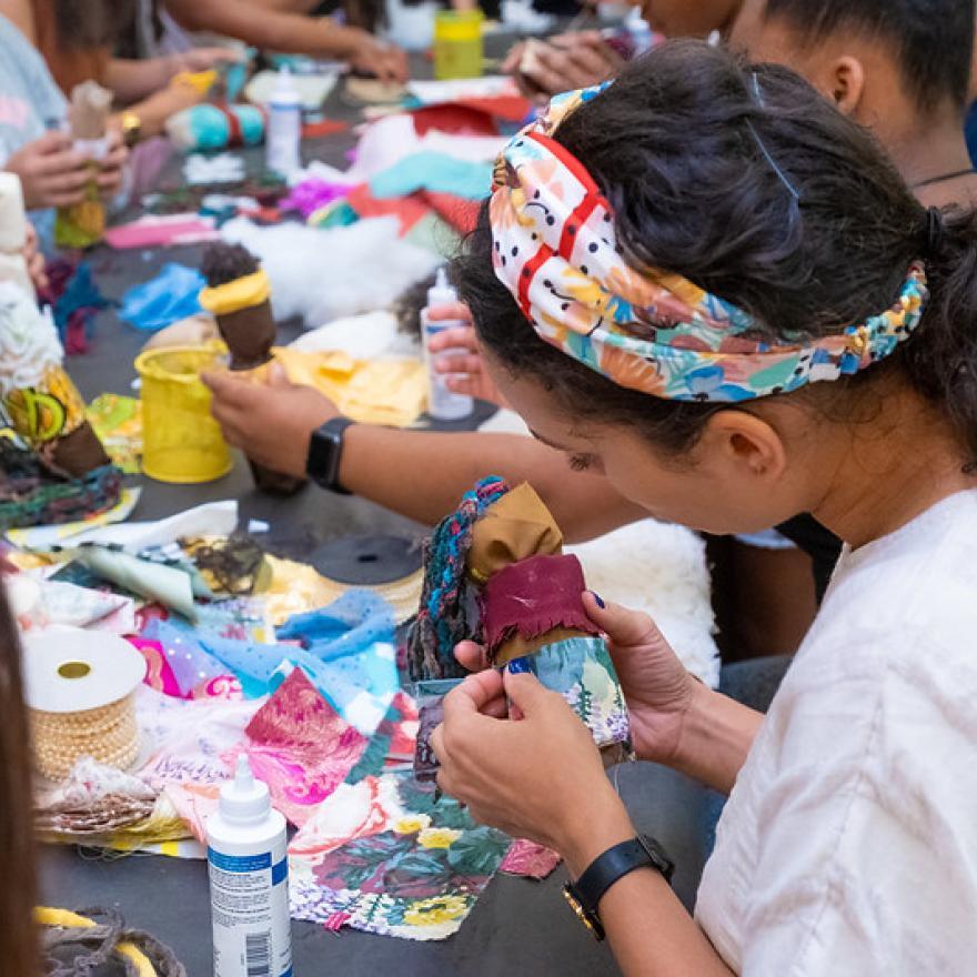 画像は、博物館での黒い人形作りのワークショップの参加者です。