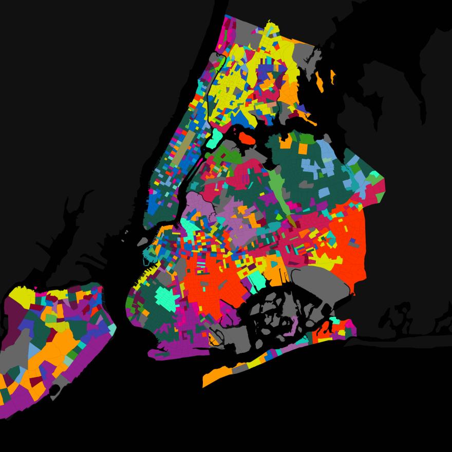 Mapa da cidade de Nova York, incluindo distritos externos. Seções coloridas marcam diferentes idiomas falados em cada local.
