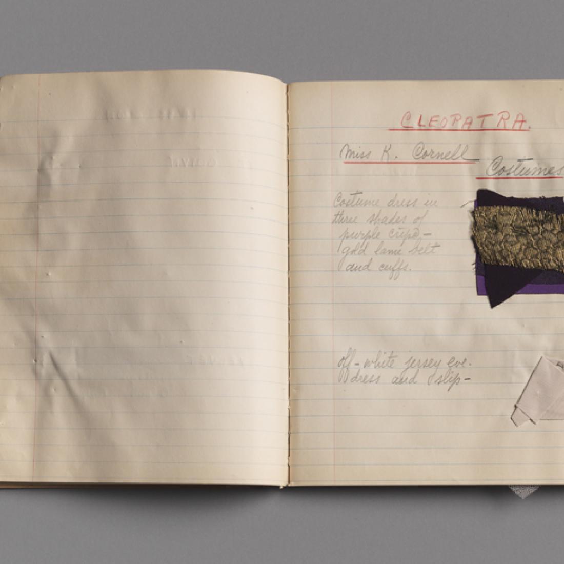 仮装デザインのページ見本とメモを開くノートブック。